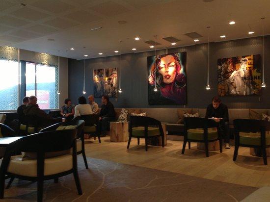 Radisson Blu Waterfront Hotel: ロビー横のカフェバー