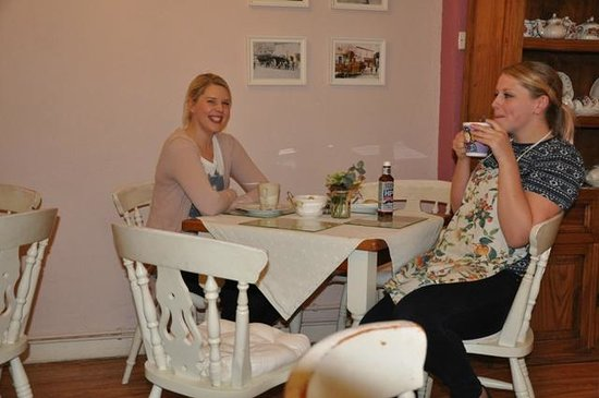 Sweetapples Teashop: The girls take a post-rush break