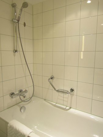 Hilton Vienna: bathtub (seperate from shower)