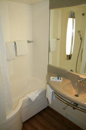 Hotel Novotel Aix en Provence Pont de L'arc Fenouilleres: Salle de bain propre et de taille correcte.