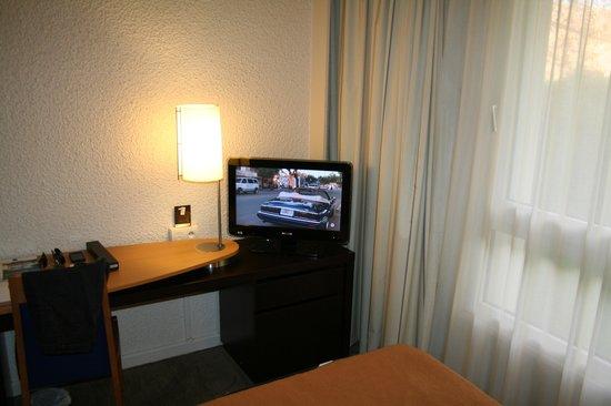 Hotel Novotel Aix en Provence Pont de L'arc Fenouilleres: Coin bureau et télé à écran plat.
