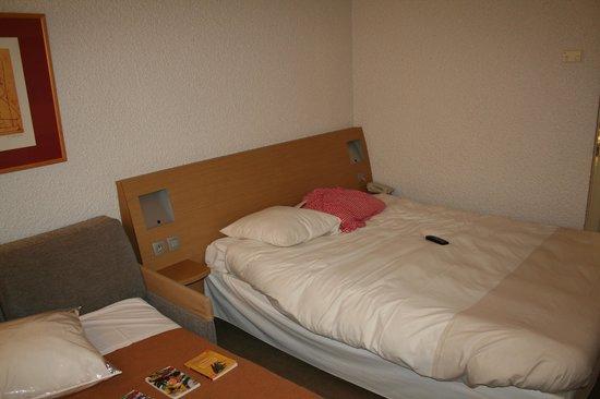 Hotel Novotel Aix en Provence Pont de L'arc Fenouilleres: Le grand lit plutôt confortable.
