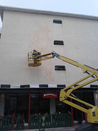 Hotel Xbalamqué Resort & Spa: Pintando los murales
