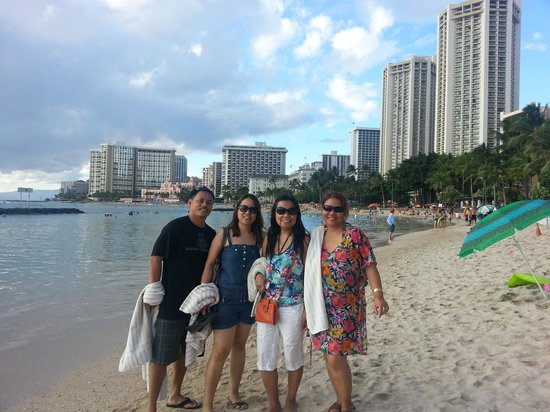 Alohilani Resort Waikiki Beach: Waikiki beach with cousins