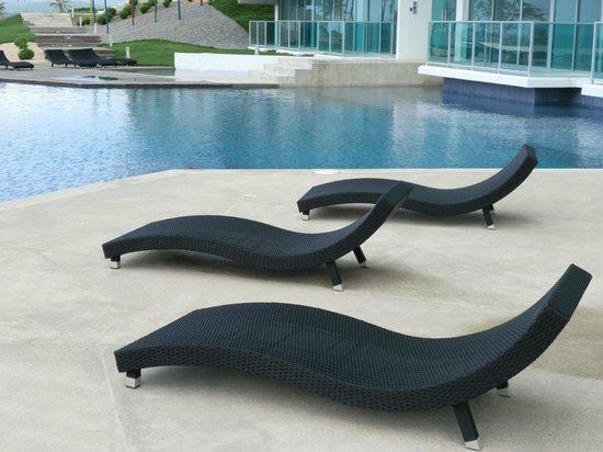 Bala Beach Resort: Great Poolside Furniture