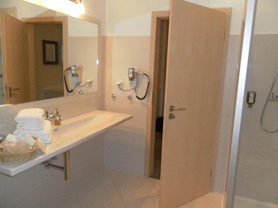 Unitas Hotel: Big bathroom with shower