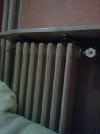 Hotel Luxia : rusty, leaking radiator next to the bed