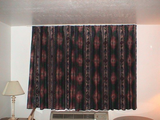 Airport Inn Hotel : The curtains blocked the sunlight well enough. They were tough to slide open and closed, though.