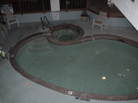Airport Inn Hotel : The pool looked dirty on the bottom, but that might have been flaked off paint.