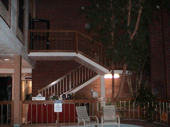 Airport Inn Hotel : Looking from the hot tub back up to the stairway to the second floor. The elevator is just to th