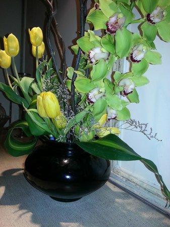 Taj Mahal Hotel: Fresh flowers in the business centre
