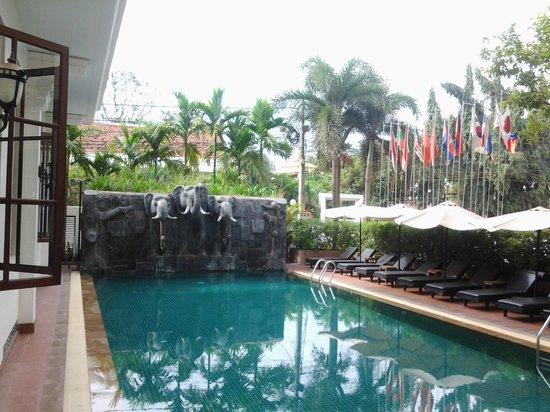 Royal Crown Hotel: Área da piscina