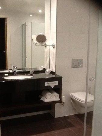 Van der Valk Brussels Airport: bathroom