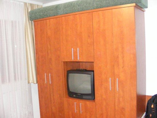 Hotel Pension Helios: TV and wardrobe