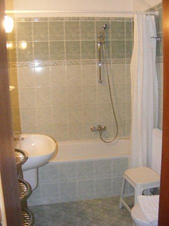 Hotel Pension Helios: Bath