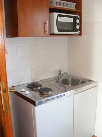 Hotel Pension Helios: Well equipped kitchen
