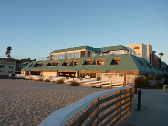 SeaVenture Beach Hotel: Looking from the boardwalk to the Hotel