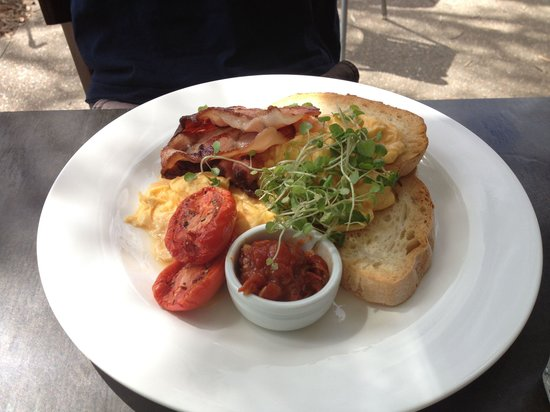 Belongil Bistro : Eggs and bacon for breakfast