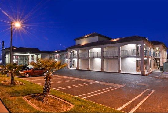 Americas Best Value Inn Hesperia: Well lighted parking lot.