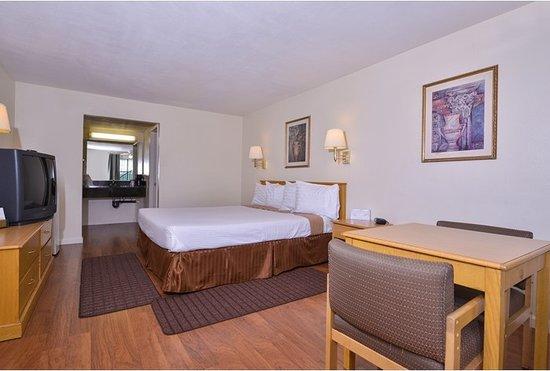 Americas Best Value Inn Hesperia: Rooms with wood floors
