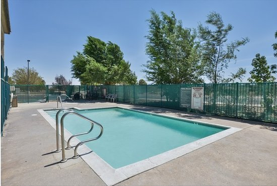 Americas Best Value Inn Hesperia: Seasonal Pool and spa
