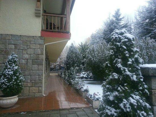 Hacienda Los Robles: Entrada y balcones de las habitaciones
