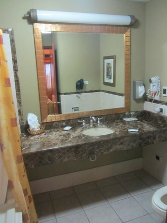 Clarion Suites Las Palmas.: Spacious enough bathroom