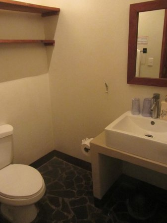 Hotel con Corazon: Simple but nice bathroom