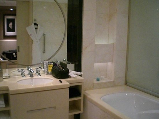 Guangzhou Marriott Hotel Tianhe : Bathroom sink and tub