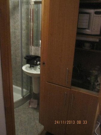 Kensington Suite Hotel: Sink and shower - the toilet is behind the door