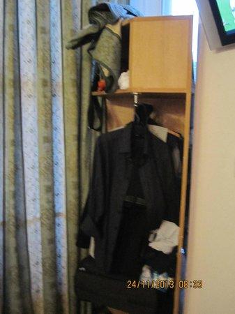 Kensington Suite Hotel: Classy wardrobe blocking the windows