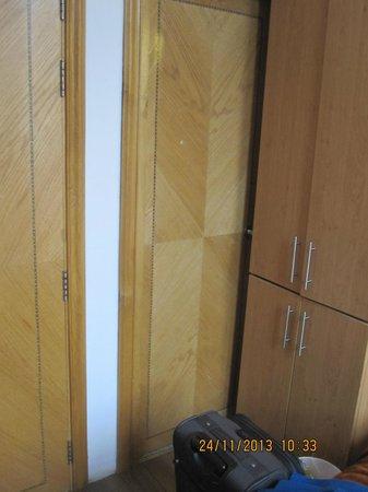 Kensington Suite Hotel : Blocked access to shower/toilet door