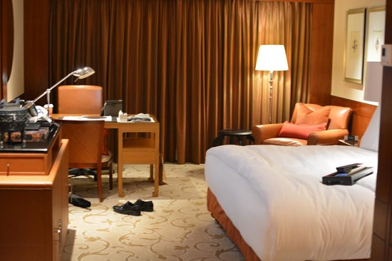 Mandarin Oriental, Hong Kong : Bed and Desk