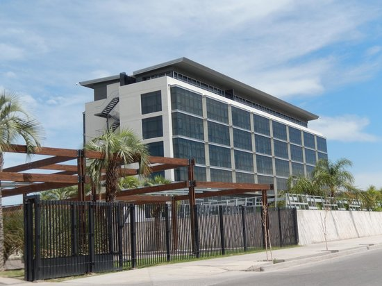 Esplendor Mendoza: Hotel from street