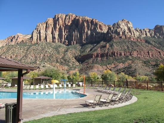 La Quinta Inn & Suites at Zion Park / Springdale: Pool area at La Quinta