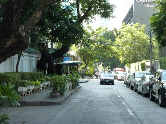Rembrandt Hotel Bangkok: Quiet street Soi 18 out front of hotel