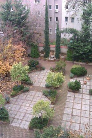 Adina Apartment Hotel Budapest: Hotel Courtyard