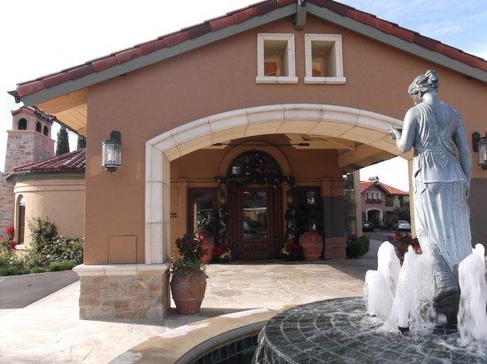 Napa Valley Lodge : 入口はミッショナリー風