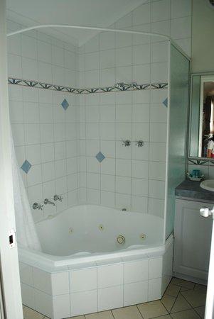 BIG4 Middleton Beach Holiday Park : Clean bathroom with a nice spa