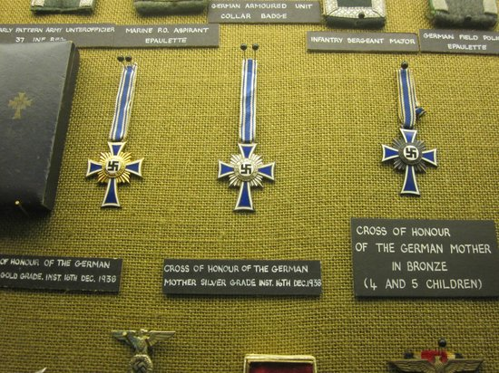 German Occupation Museum: Insígnias nazistas.