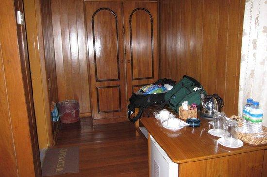 Hill Top Villa Resort Kalaw : Armoire/Desk