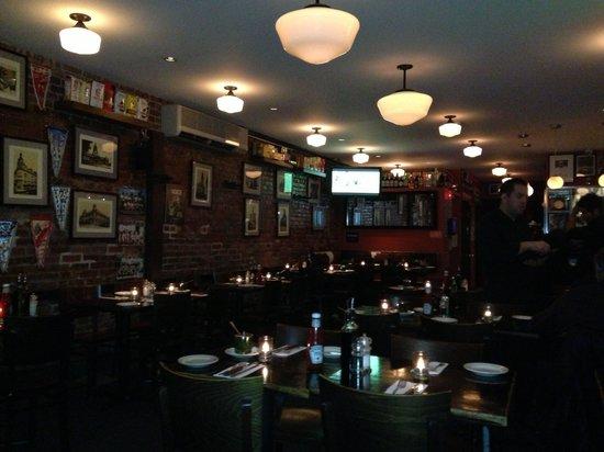 Buenos Aires : Salão do restaurante, quadros e flâmulas de times de futebol