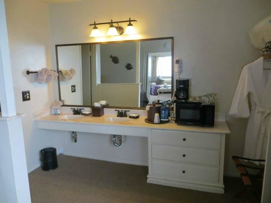 Lovers Point Inn: Vanity area with a microwave, coffee machine and his/her robes