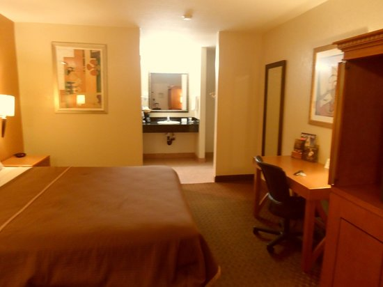 Econo Lodge Inn & Suites El Cajon San Diego East: Big King bed! Very Comfortable!