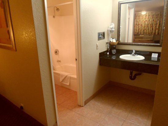 Econo Lodge Inn & Suites El Cajon San Diego East: bathroom area