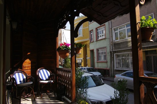 Artefes Hotel Istanbul: From the porch outside waiting for our ride