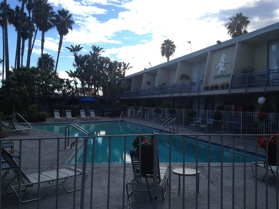 Travelodge Hotel LAX Los Angeles Intl: Cool grounds