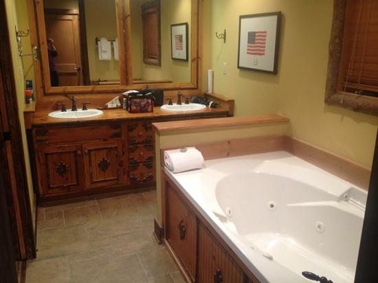 The Lodge at Buckberry Creek: nice large bathroom.