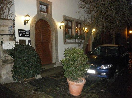 Hotel Garni Kreuzerhof: Entrance to the front desk