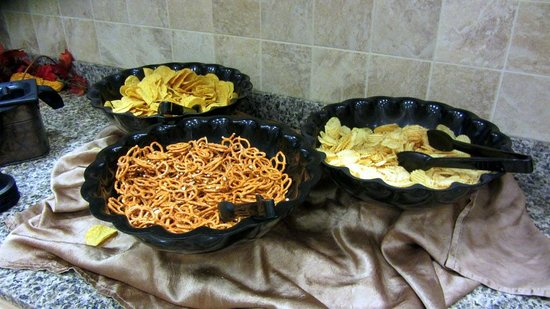 Drury Inn & Suites Dayton North: Free snacks every night!